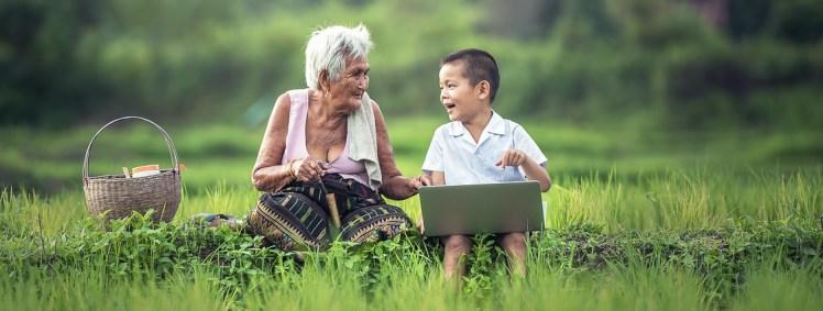 Grand-mère et son petit fils en Asie.