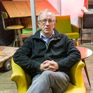 portrait couleur d'homme dans un fauteuil jaune