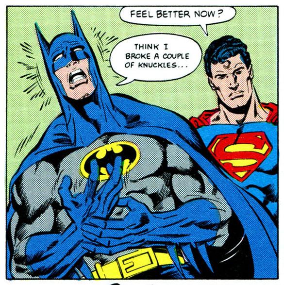 Batman com a mão quebrada após ter batido no Superman