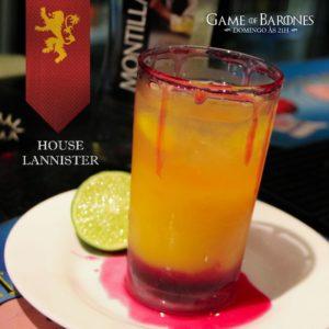 Lannister Esse é um drink alto e forte, onde os ingredientes nobres não se misturam facilmente. Podemos ver facilmente a separação dos níveis: ao fundo, na base, o sangue simbolizado com um toque de groselha; no meio, suco de manga loiro como os Lannister; e, ao topo, uma forte e generosa dose de rum branco. Ideal para embalar reuniões secretas da família.