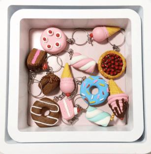 Os chaveiros de doces são a especialidade de Letícia