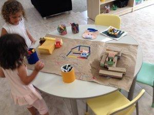 Alunas do Nursey brincando com as casas dos three little pigs.