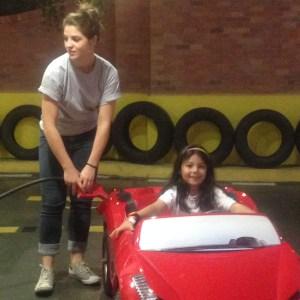 Tiramos a habilitação, aprendemos a dirigir e até tivemos que abastecer o carro...