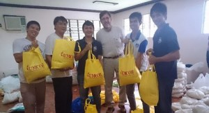 UMCOR volunteers filling bags for disaster victims in the Philippines
