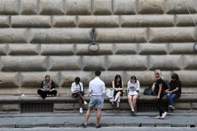 Hentyle Yapp, Art and Public Policy professor at NYU, and students in front of Palazzo Strozzi.
