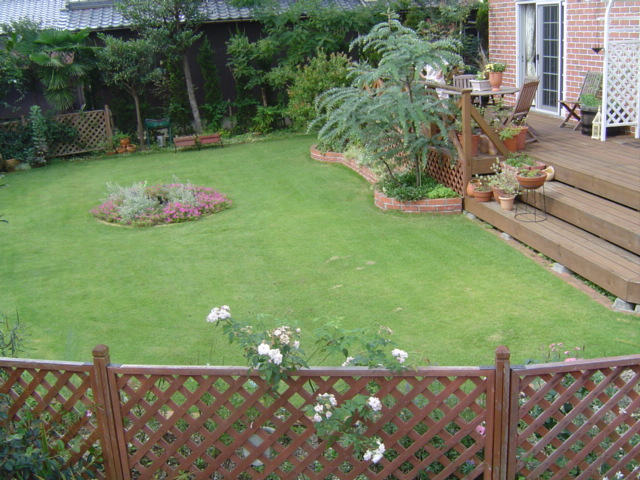 芝生の8月のお手入れは芝刈りのみ!芝生を楽しむことがメインです!