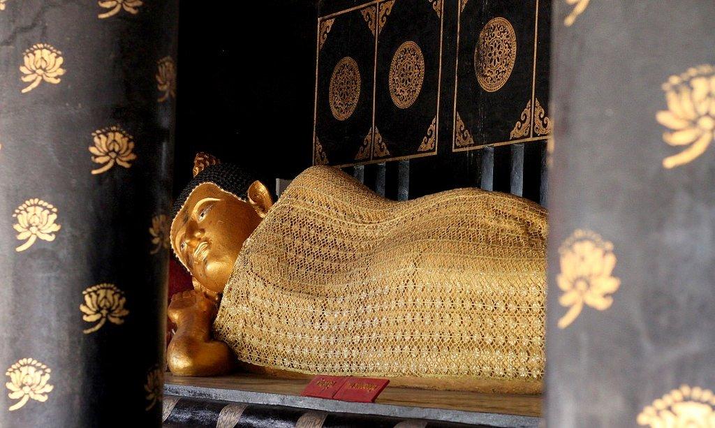 Wat Chedi Luang - reclining Buddha