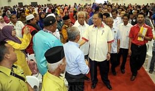 ISMAIL SABRI YAAKOB ditemani Ahli Parlimen Paya Besar, Datuk Seri Abdul Manan Ismail (tiga dari kanan) beramah mesra dengan pihak pengurusan dan pelajar Kolej Kemahiran Tinggi MARA (KKTM) pada majlis perasmian kolej itu di Kuantan, kelmarin.