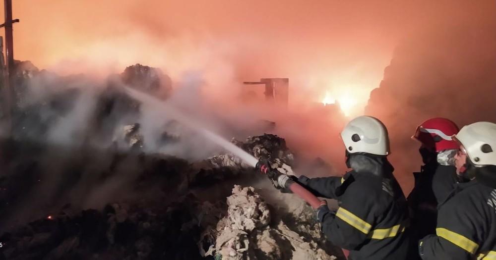Kahramanmaraş'ta depodaki 5 kamyon pamuk yandı