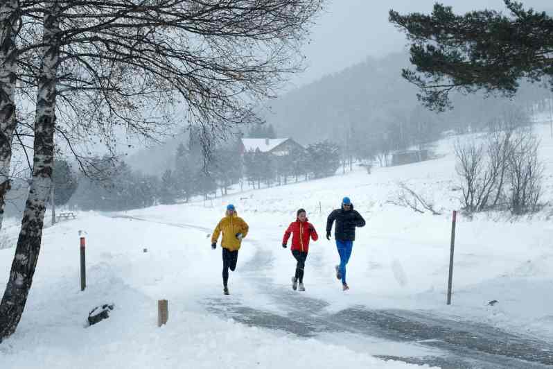 Want to start running outside in the winter but not sure where to start? We're sharing our best winter running tips here, as well as our favorite cold weather running gear!   Marathon Handbook #runningtips #fitness #winter