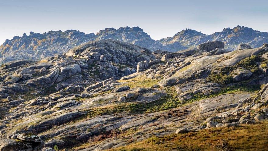 Bei Feuchtigkeit und Frost sind die Granitfelsen extrem glatt. Trotzdem klettern die Pferde bis auf 1.500 Meter Höhe.