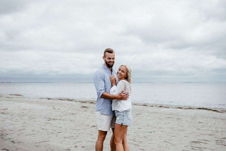Hochzeitsfotograf Ostsee Ruegen Usedom Strand Paarshooting Engagement 024 Eine kleine Ostseebriese - Kennenlernshooting am Strand