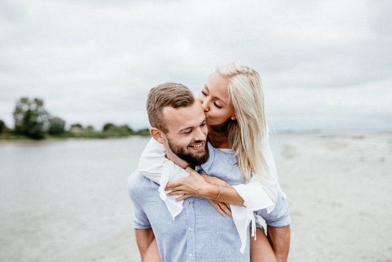 Hochzeitsfotograf Ostsee Ruegen Usedom Strand Paarshooting Engagement 039 Eine kleine Ostseebriese - Kennenlernshooting am Strand
