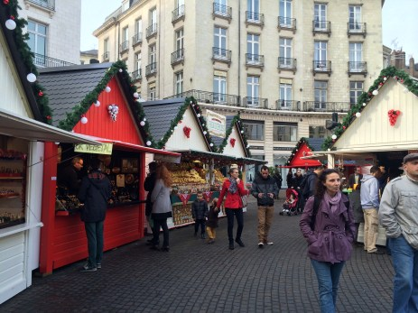 Des promeneurs au Marché de Noël de Nantes