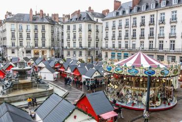 chalets blancs et rouge et grand carrousel de Nantes