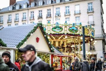 Promeneurs sur le marché de noël place royale à Nantes