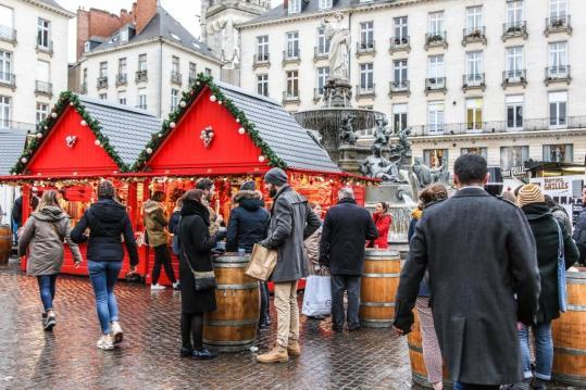 personnes buvant un vin chaud sur la place royale