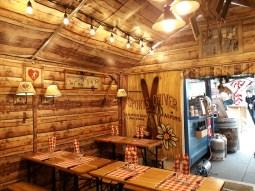 Un espace convivial pour déguster des spécialités de Savoie