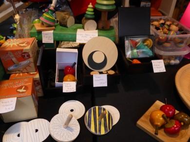 Toupies du monde et jouets en bois