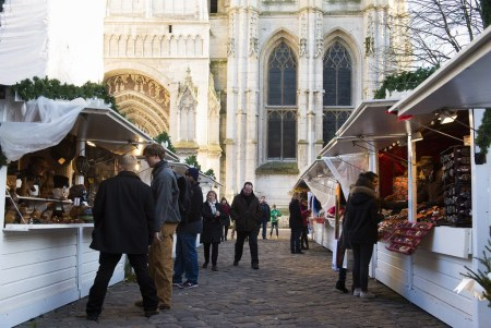 Découvrez le marché de Noël en contrebas de la majestueuse cathédrale de Rouen