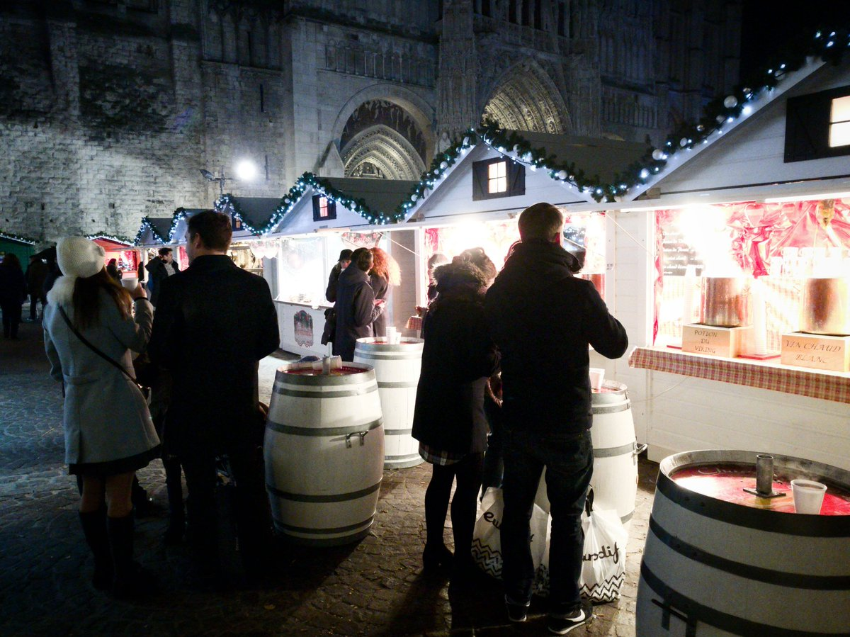 Vin chaud et jolies lumières devant la Cathédrale de Rouen
