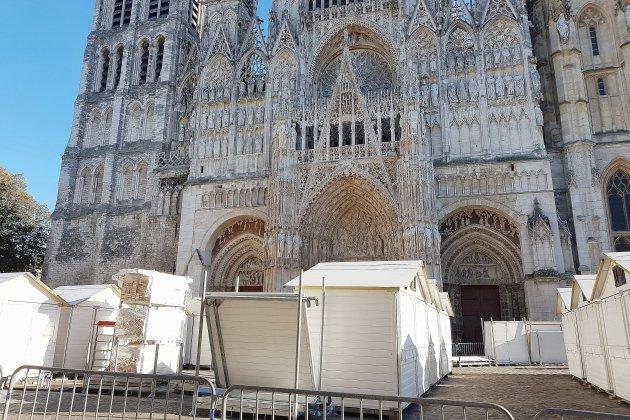 Montage des chalets devant la cathédrale pour le marché de noël