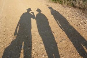 Père, fils et fille en marche sur la voie d'Arles, Juin 2009