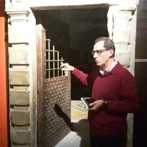 Le jésuite Josep Lluis Iriberri, responsable du chemin ignacien, explique que cette porte fermait avant l'accès à la grotte.