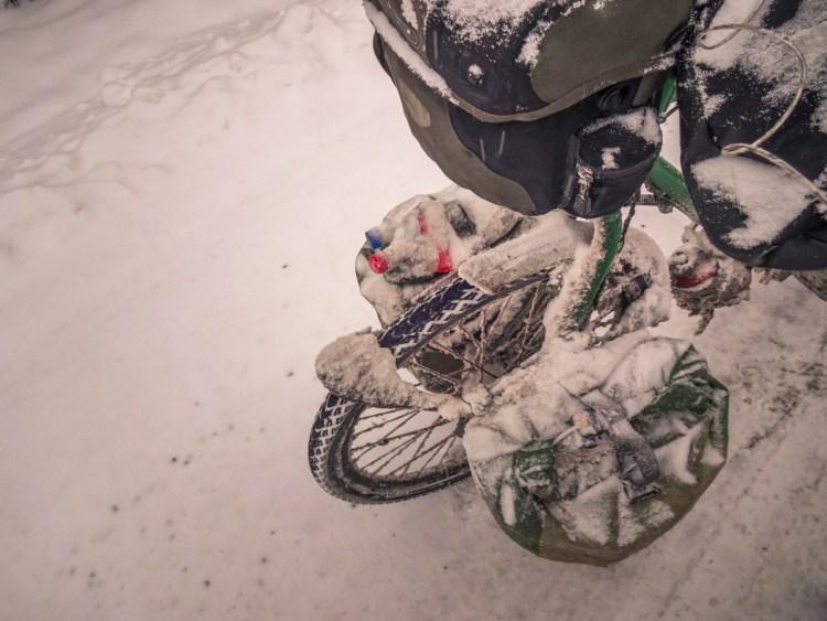 Fahrradfahren auf einer verschneiter Strasse in Armenien