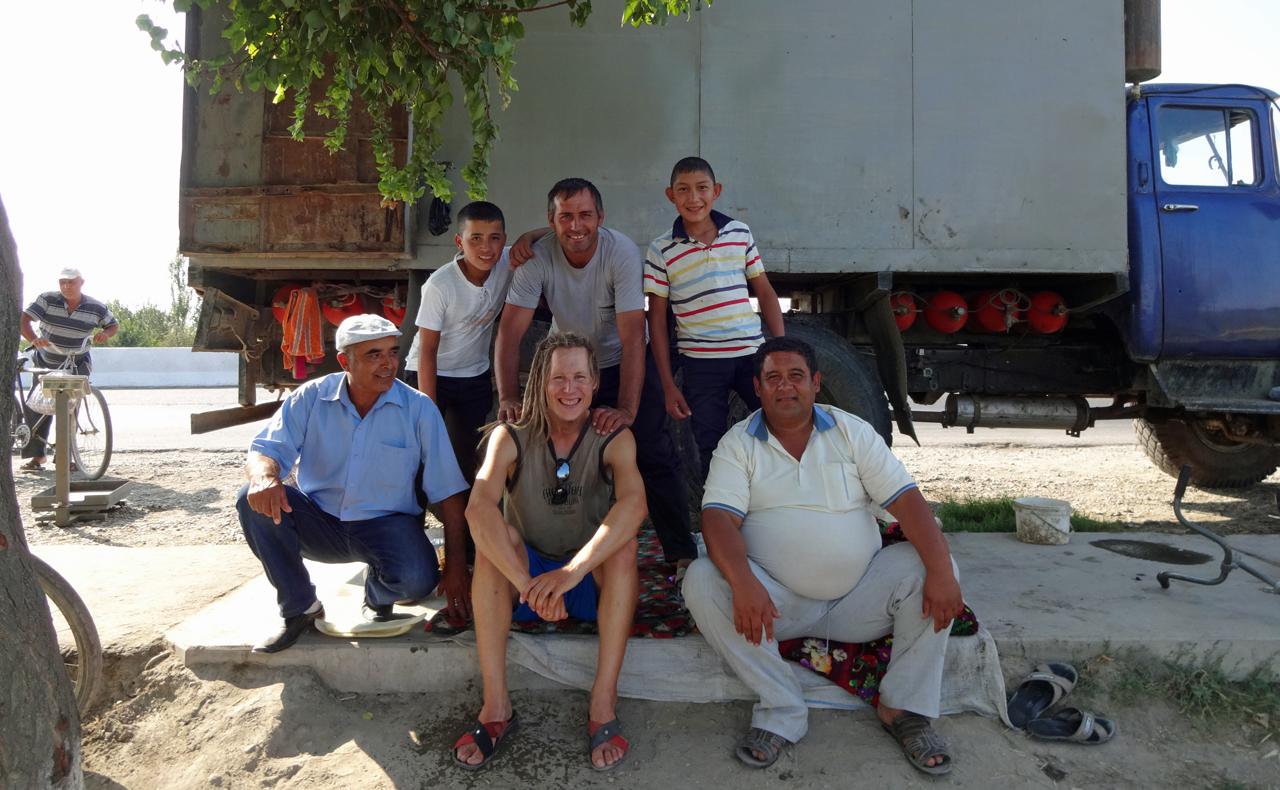 In Usbekistan schaute ich mir die Melonen dieser Melonenverkäufer an, doch anstatt zu versuchen, mir eine Melone zu verkaufen, boten Sie mir eine frische Melone umsonst an.