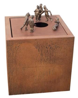 Brunnenwürfel Die Sache mit dem Loch 2021, Bronze /Cortenstahl, 60 x 60 x77 cm