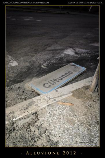 Anche i segnali stradali hanno ceduto.Even the street signs fallen