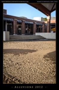 Il fango ricopre la piazza del nuovo centro commerciale.The mid covers the plaza of the new commercial center.