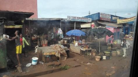 Il commercio fra il caos calmo in città Camerunense