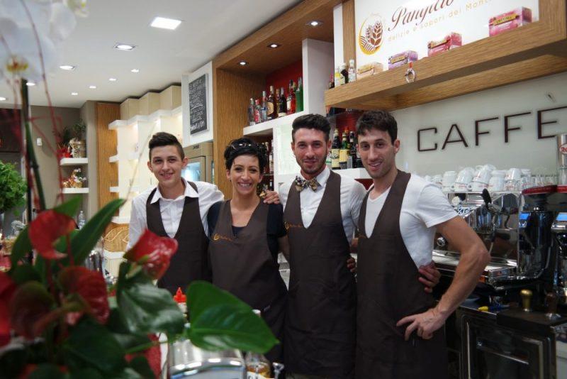 Lo staff del panificio Fronzi – foto Marco Costarelli