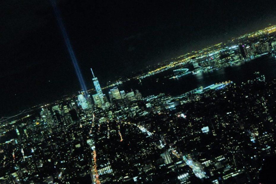 Con i fari verso il cielo e la luna che fa capolino, sembra proprio Gotham city