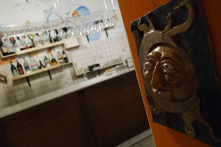 Maschera simpatica di sole e luna all'ingresso della saletta da pranzo
