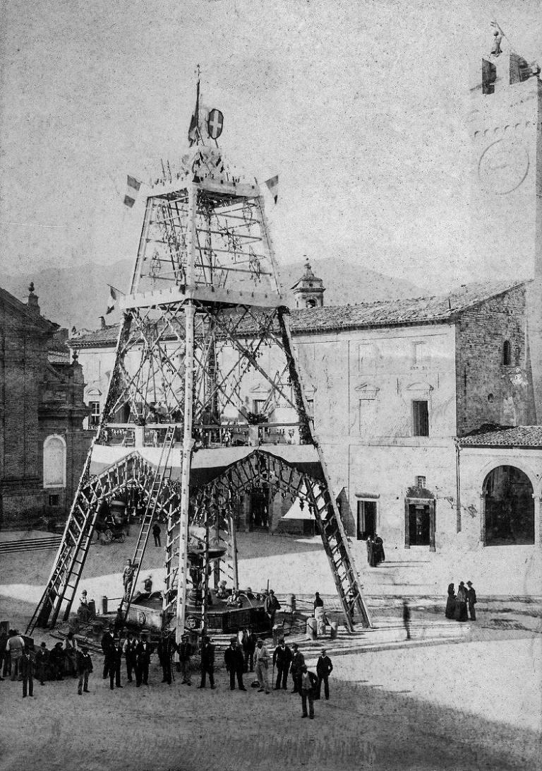 """La """"tour"""" sulla fontana di Piazza. Foto gentilmente concessa dalla collezione privata della famiglia Murani Mattozzi"""