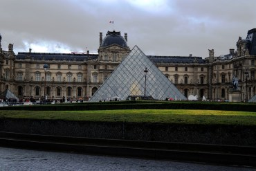 Il famosissimo ingresso del Louvre.