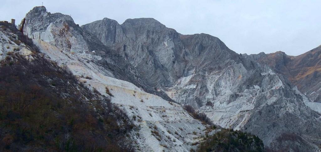 Colonnata. Lo sfondo delle Alpi Apuane