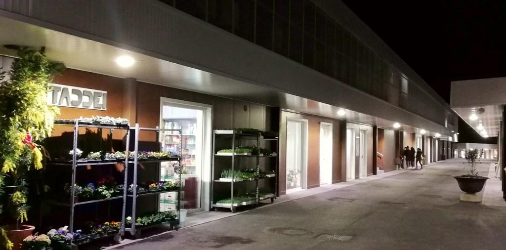 """Il negozio di fiori, piante e altro all'ingresso del """"Sottocorte Village"""""""