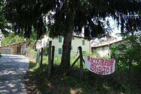 San Martino di Fiastra - Striscioni per la ricostruzione.