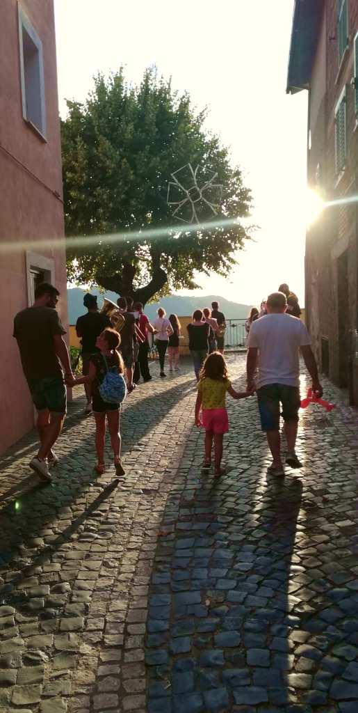 Affile è meglio. Il sole del tramonto fra le viuzze.