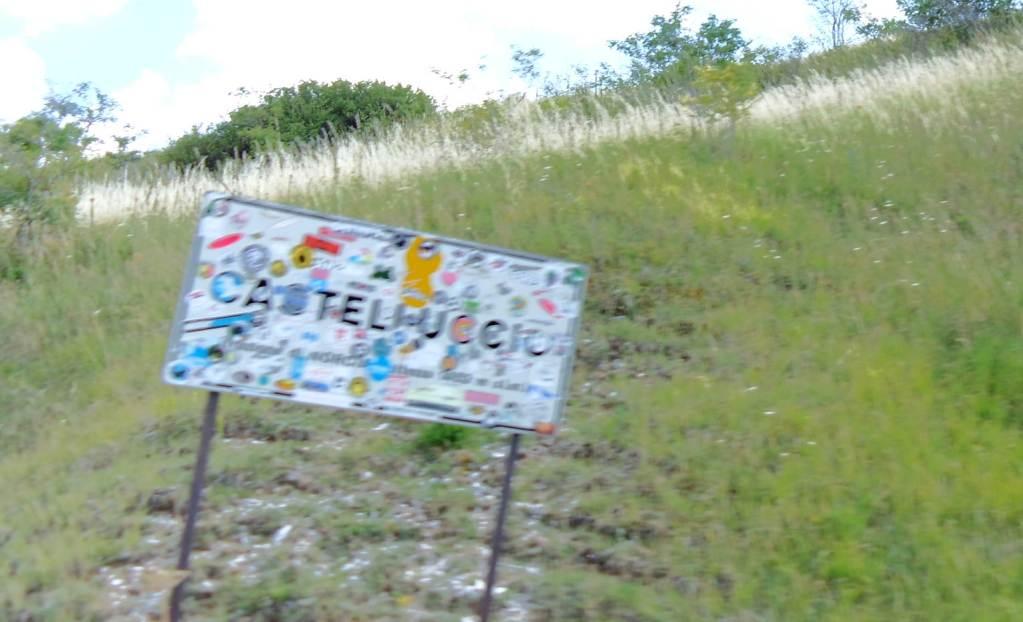 Castelluccio e nient'altro - Il cartello con le mille etichette di chi è arrivato fin qui da tutto il mondo.