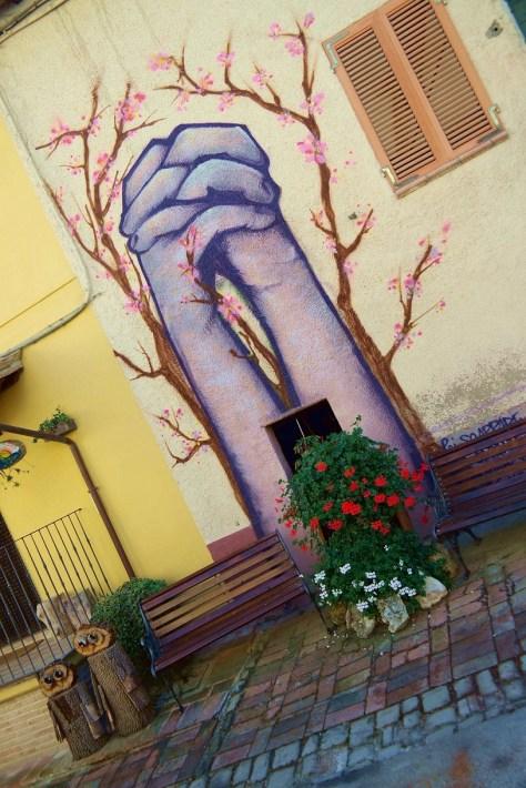 Piccolo viaggio tra arte e Zafferano. Un Murales che rappresenta la preghiera e la speranza.