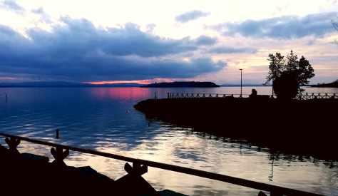 I contrasti del tramonto sul lago trasimeno