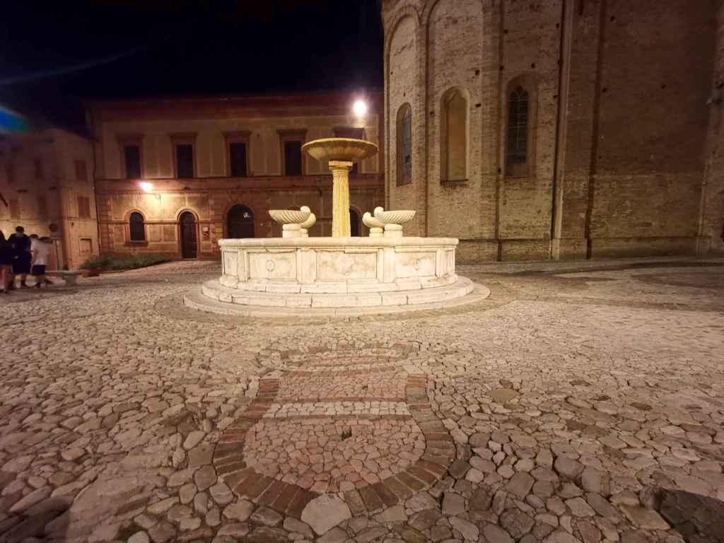 La piazzetta di fianco la Basilica di San Nicola - foto B. Olmai
