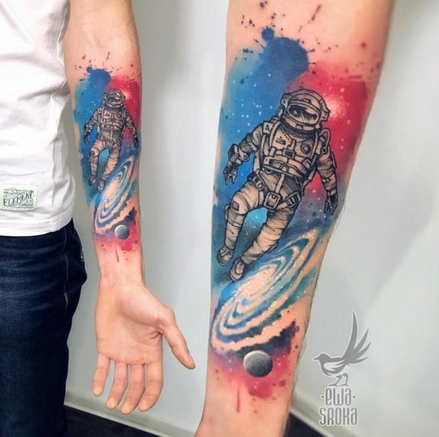 Tatuagem colorida masculina de astronauta