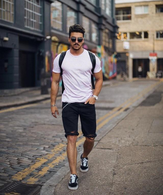Bermuda curta, camiseta e tênis preto