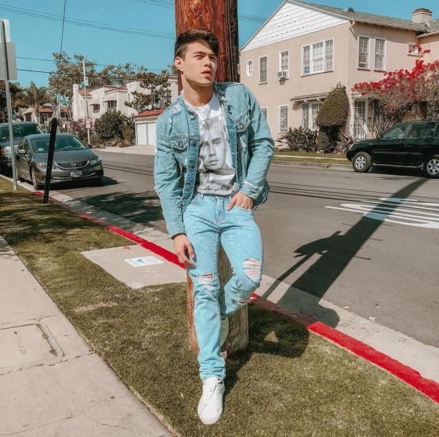 Gustavo Rocha usando jaqueta e calça jeans